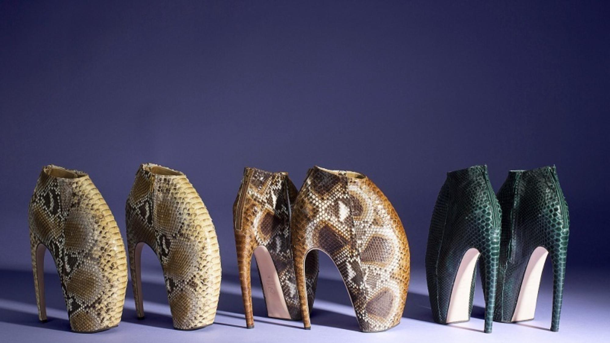 Kalapács alatt Alexander McQueen bizarr cipői