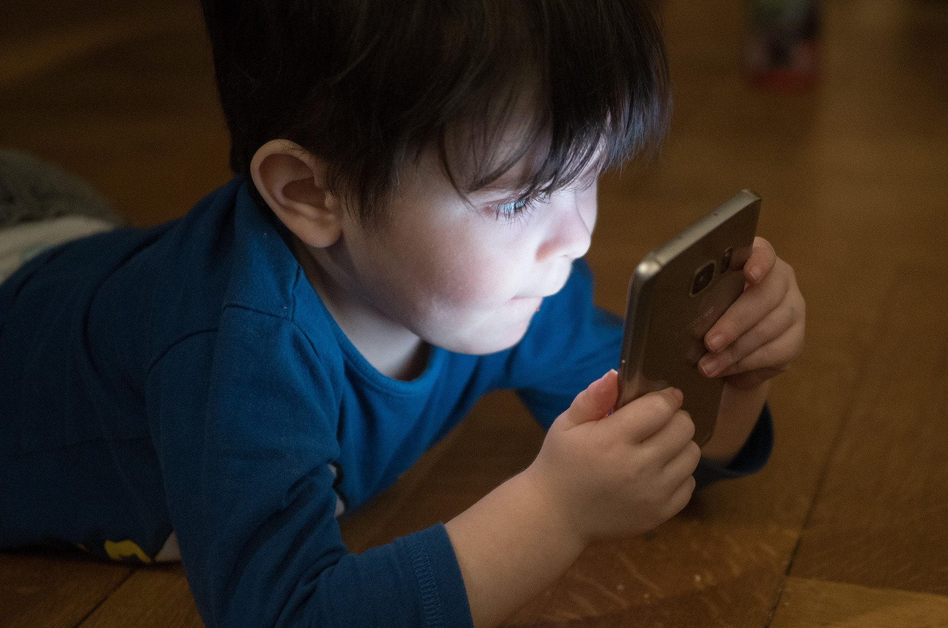 """""""Hol szabjak határt a gyerekem kütyüzésében?"""" – Az internet és a digitális világ előnyei és hátrányai a gyerekek életében"""