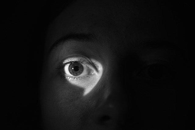 Kukkolás: egészséges kíváncsiság vagy beteges szexuális vágy?