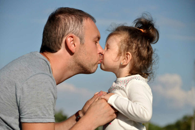 Ok-e a szájra puszi a szülőtől?