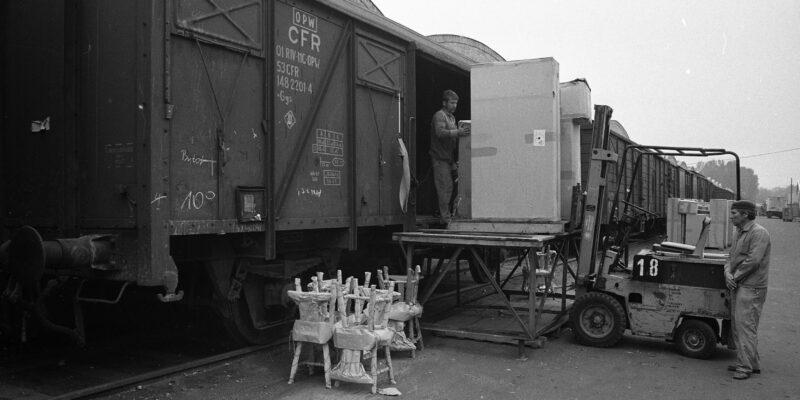 Már nem a vonatból kapkodták el a bútorokat – vagány összeállítások félszázados címlapokon
