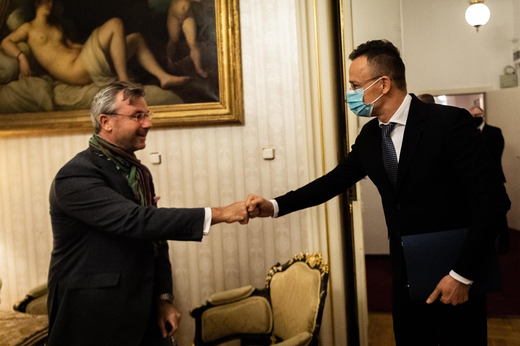 Szijjártó államköltségen szervezi a Fidesz átülését a szélsőjobboldalhoz