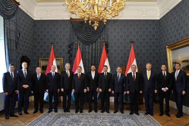A miniszterek felét lecserélte Orbán