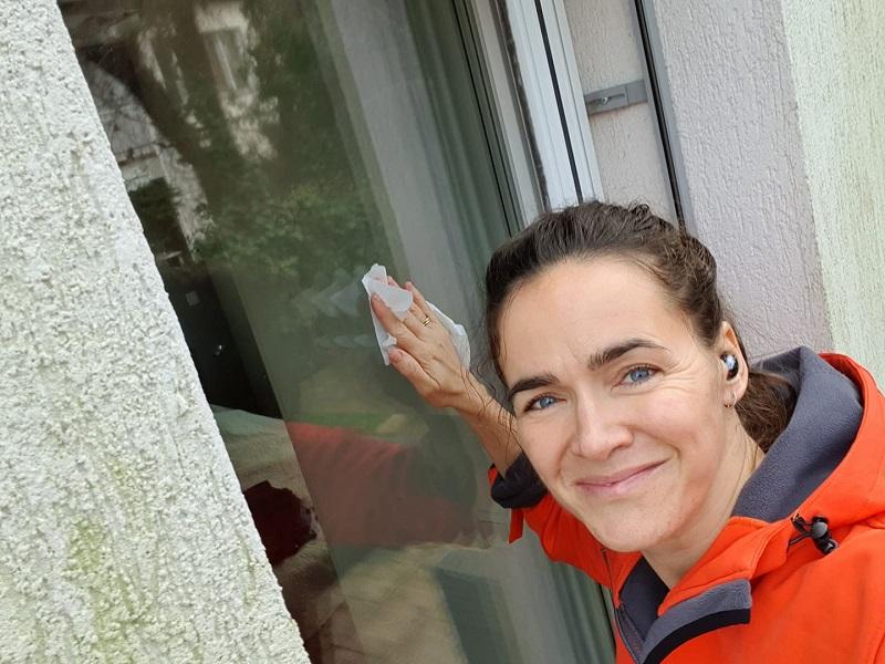 Novák Katalin új megközelítést alkalmaz az ablakpucolásra