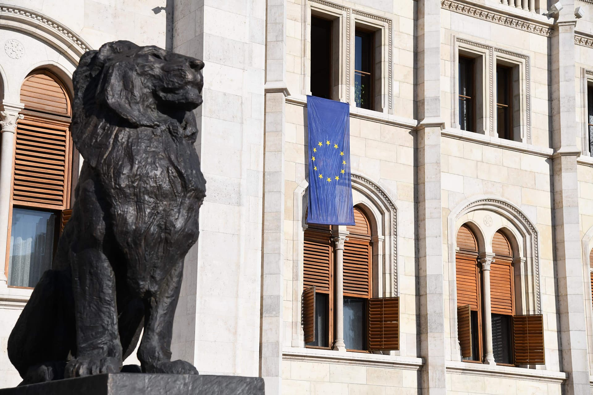 Európai uniós zászló leng a Parlamenten