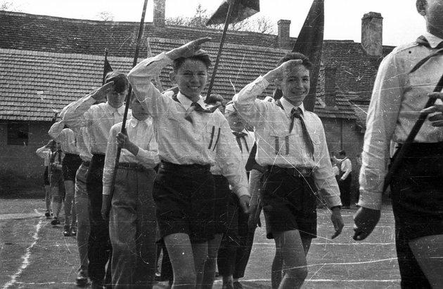 Vissza az ötvenes évekbe: élményszerű hazafias nevelést kapnak a középiskolások