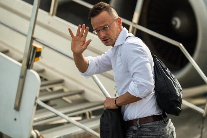 3 repülőgép kellett Szijjártónak, hogy elrepüljön Mongóliába és vissza