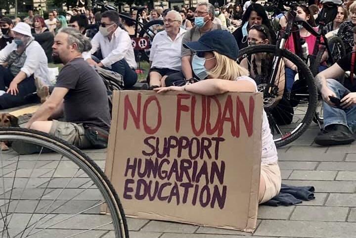 A fiatalok támogatása helyett drága ajándékot ígér Magyarország a kínai államnak