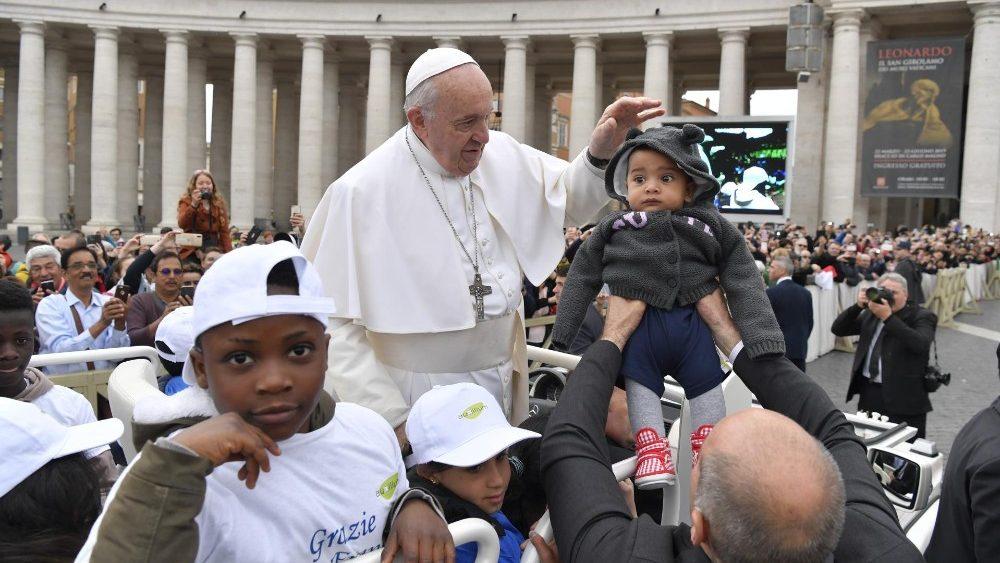 """Ferenc pápa a """"migránsok korszakának"""" nevezte a jelen kort és buzdított emberségünk visszaszerzésére"""