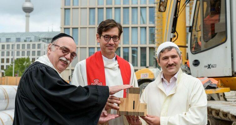"""""""Egy Ház"""": Három vallás egy fedél alatt"""