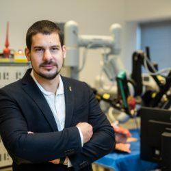 Mi a közös egy sebészeti robotban és az önvezető autókban? – Interjú