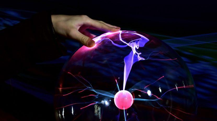 Tesla-gömbbel gyertyát gyújtani? Lehetséges!