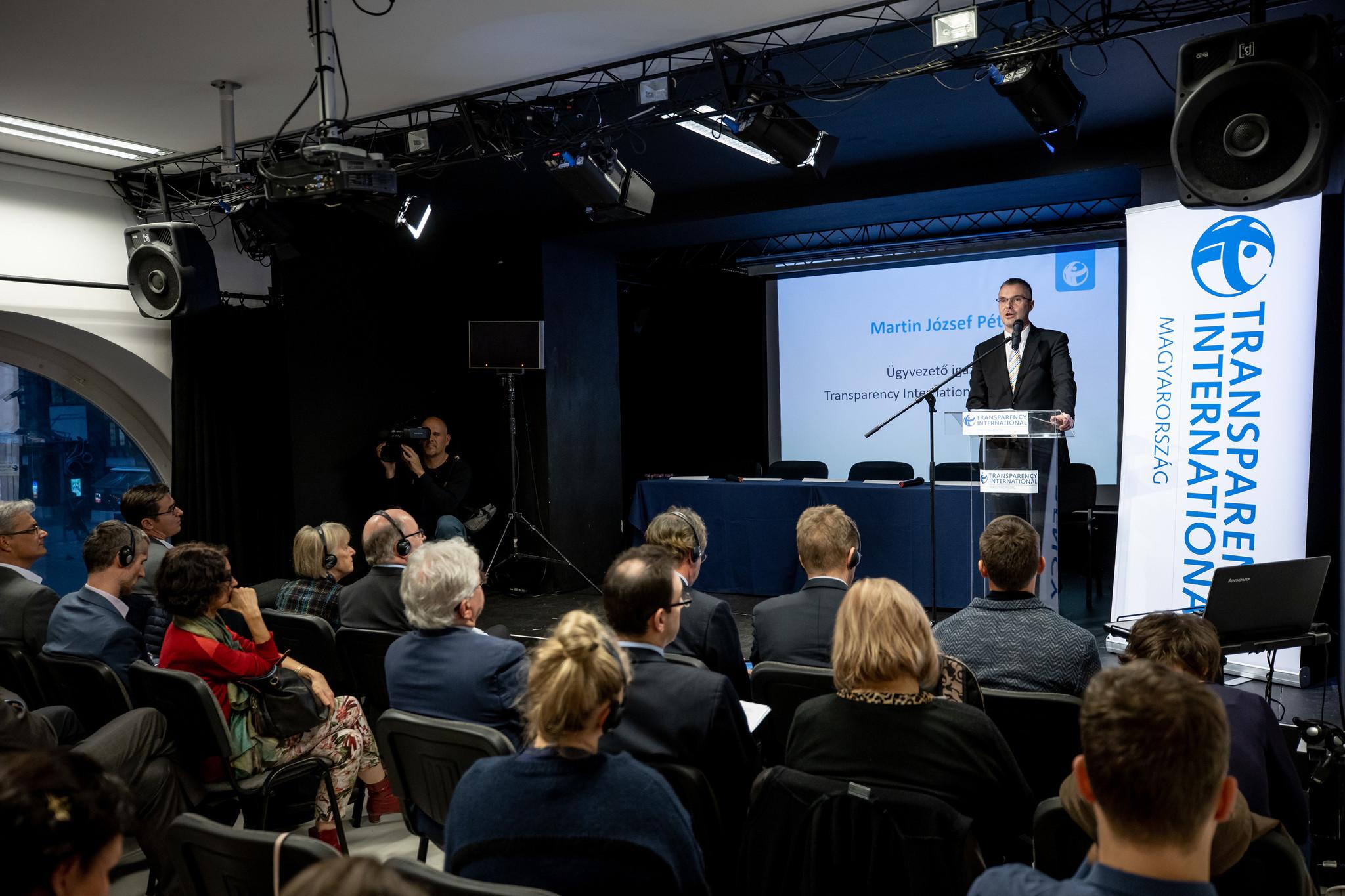 """""""Az egyedüli fegyverünk a nyilvánosság"""" – hangzott el a Transparency International Magyarország a Korrupcióellenes Világnap alkalmából tartott konferenciáján"""