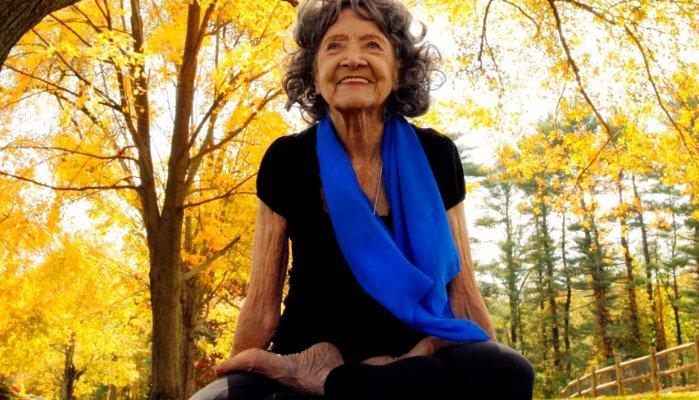 A hosszú, boldog élet titkát osztja meg a világ egyik legidősebb jógaoktatója